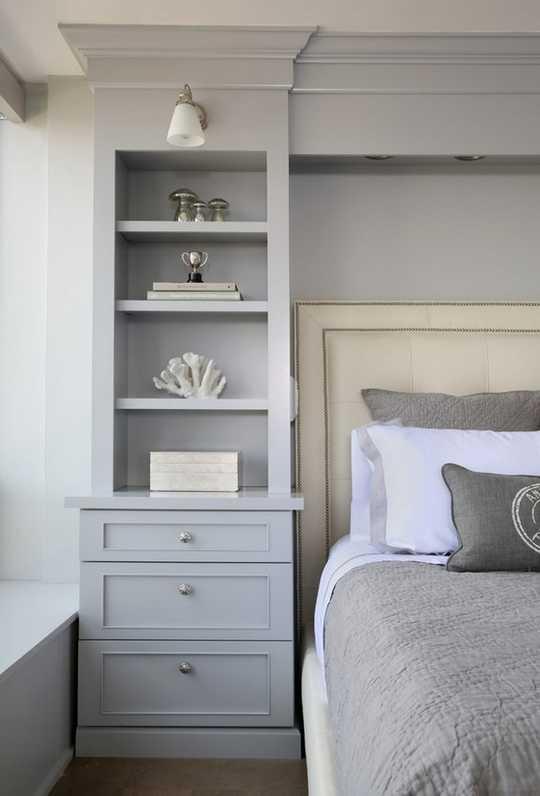 спальня с комодами вокруг кровати дизайн фото маленькие